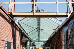 """Rechts: Stück für Stück arbeiteten sich die Dachhandwerker voran<span class=""""bildnachweis""""><br /></span>"""