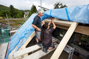 Einbau des Wechsels zwischen den Sparren für die spätere Montage des Dachfensters