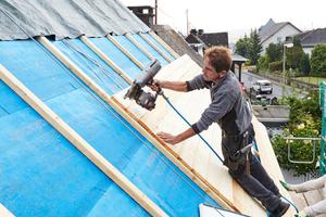 Auf die Dachlatten nagelten die Zimmerleute eine Rauspundschalung