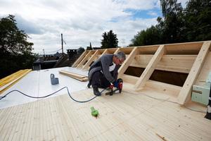 Befestigung der Nut- und Federbretter für die Sichtschalung auf dem Flachdach