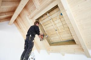 Mit der Kettensäge schnitten die Zimmerleute die Öffnungen für die Dachfenster in die Brettsichtschalung und Dämmung hinein