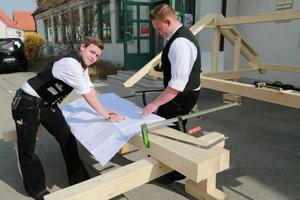 Zwei Auszubildende der Firma Baufritz auf einer Ausbildungsmesse an der Berufsschule Mindelheim<br />