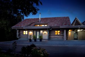 Naturstammhaus in Göppingen bei Nacht