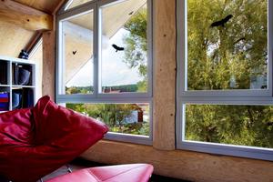 """Rechts: An den Giebelseiten setzte man jeweils ein großes, dreieckiges Fensterelement ein<span class=""""bildnachweis"""">Fotos: Kneer Südfenster</span>"""