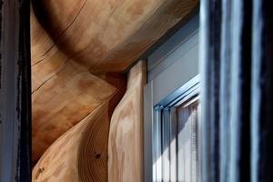 Das Naturstammhaus setzt sich mit der Zeit und schrumpft zusammen, daher war es wichtig, einen flexiblen, schwimmenden Rahmen um die Fenster zu montieren