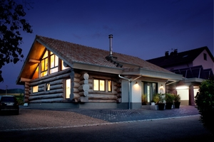 """Am Rande der Schwäbischen Alb, in Göppingen, liegt das Naturstammhaus, das Bruce Ofield gebaut hat<span class=""""bildnachweis"""">Fotos: Kneer Südfenster</span>"""