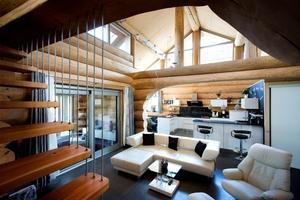 Innen ist das Haus modern eingerichtet, der Blick geht vom Erdgeschoss bis unter das Dach