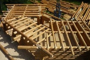 Alle zwei Monate bietet Ralph Pfersich in der Nähe von Freudenstadt Schnupperkurse zum Blockhausbau an<br />