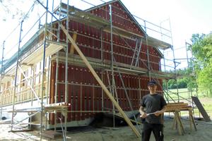 Vor einem Holzrahmenbau in Bielefeld-Bethel: Im Praktikum lernt Stephan Thomas, dass das Erstellen von Lärchenholzfassaden richtige Maßarbeit ist Foto: Holzbau Vorderwisch