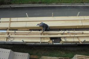 Ein ganzer Dachstuhl passt auf die Lkw-Ladefläche und wird einzeln auf den Rohbau in Bielefeld gehoben