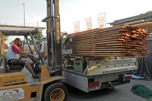 Ralf Tietz, Zimmerergeselle bei Holzbau Vorderwisch, lädt Lärchenholzbretter auf den Transporter. Damit wird später die Fassade eines Holzrahmenbaus in Bielefeld verkleidet