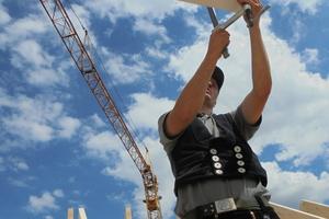Zimmerermeister Markus Vollmer von Holzbau Vorderwisch beim Richten eines Dachstuhls