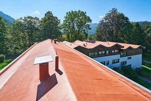 """Frisch saniert: Die Dächer wurden nach Abschluss der Verlegearbeiten mit einer PIB-Dachfarbe gestrichen, einer Farbe, die aus dem gleichen Rohstoff gefertigt ist wie die Dachbahn selbst<span class=""""bildnachweis"""">Fotos: FDT </span>"""