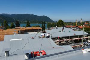 """Die Dächer der Wohnanlage wurden mit der neuen Bahn abgedichtet. Die alte Bahn verblieb auf den Dachflächen<span class=""""bildnachweis"""">Fotos: FDT </span>"""