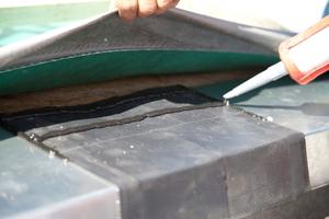 Rechts: Die Handwerker überklebten die Überlappungen der Traufbleche mit einem Streifen Kehlsattelband und sicherten die Überlappung zusätzlich mit Anschlusskleber