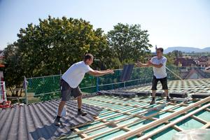 Entspanntes Arbeiten auf dem wenig geneigten Dach mit dem 7-Grad-Dachsystem