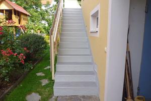 Rechts: Die abschließende Versiegelung dient als Schutzschicht für die Treppe