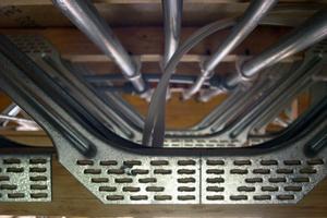 Kabel, Rohre und Leitungen lassen sich zwischen den Trägern in der Geschossdecke verlegen