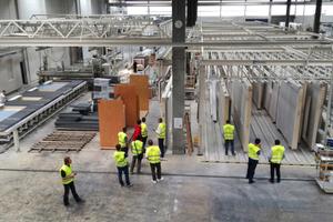 Exkursion zur Firma Regnauer in Seebruck am Chiemsee – hier wird eine Produktionsstraße in der Fertigungshalle erläutert