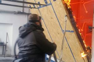 """Im Brandtest: Holzfaser- und OSB-Plattenkonstruktion, gefüllt mit Einblasdämmstoff<span class=""""bildnachweis"""">Foto: Best Wood Schneider</span>"""