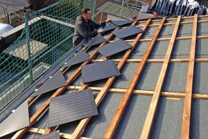 Von den Ecken aus verlegt der Dachhandwerker dann die Solar-Dachziegel