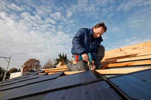 Verschrauben von Solardachziegeln auf der Traglattung<br />