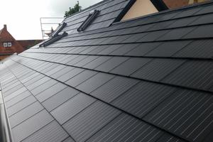 """Dach in Schwaigern bei Heilbronn mit horizontal verlegten """"SolteQ Quad40""""-Dachpfannen Oben: Solardachziegel auf einem Ferienhaus in Schweden"""
