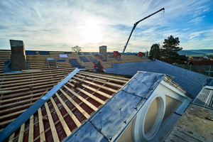 Arbeit an der rückseitigen Hauptdachfläche. Neben der Schieferdeckung erneuerten die Dachdecker auch Mauerabdeckungen aus Zinkblech