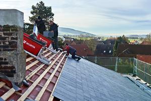 Als Unterkonstruktion für die Schiefer-Rechtecker hatten die Dachdecker eine neue Lattung montiert<br />