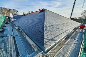 Blick auf das neu geschieferte Dach vom Grat aus