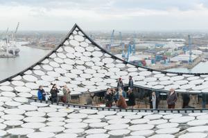 Die Dachterrasse der Elbphilharmonie liegt direkt in der Dachfläche und bietet einen guten Ausblick über Hamburg