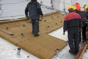 """Die Grundplatten der """"Pins"""" werden verschraubt und abgedichtet"""