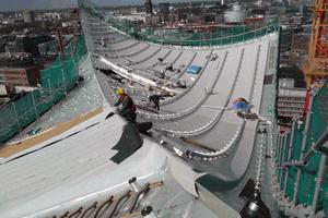 """Über der MineralwollDämmung verlegen die Dachdecker eine Kunststoffdachbahn<span class=""""bildnachweis"""">Foto: Sika</span>"""