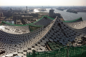 """Während es in sonnigen Dachbereichen sehr warm war, mussten die Dachdecker in schattigen Abschnitten dicke Jacken bei der Arbeit tragen<span class=""""bildnachweis"""">Fotos (2): Wittenauer GmbH</span>"""