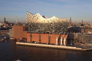 Die Elbphilharmonie in Hamburg ist an ihrem höchsten Punkt 110 m hoch<br /> Foto: Sika