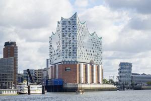"""Die Elbphilharmonie in Hamburg eröffnete Anfang 2017, das Dach war schon 2015 fertiggestellt<span class=""""bildnachweis"""">Foto: Christoph Schroll</span>"""