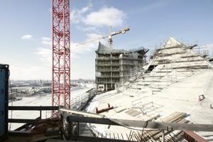 Wie ein weißer Berg wirkt das Betondach in der Dachmitte der Elbphilharmonie - Stand der Bauarbeiten im Jahr 2012
