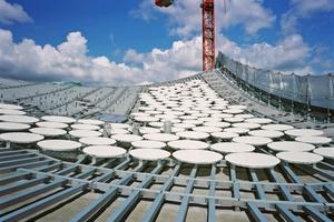"""Auf der Aluminium-Unterkonstruktion sitzen die Lochbleche mit einem Durchmesser von jeweils einem Meter<span class=""""bildnachweis"""">Foto: Oliver Heissner</span>"""
