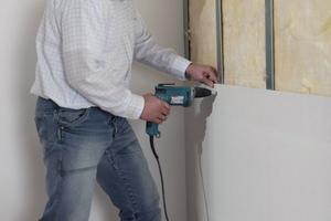 Auf Stahlunterkonstruktionen werden Gipsfaserplatten mit Schnellbauschrauben verschraubt