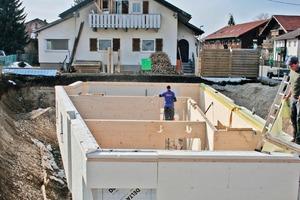 """Der Keller des Musterhauses ist aus massiven Holzwänden gefertigt<br /><span class=""""bildnachweis"""">Foto: Ambros</span>"""