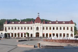 """Auch dank der rotbraunen Dachraute von Prefa erstrahlt das monumentale Gebäude """"Barok"""" in neuem Glanz<br />Foto: Prefa<br /><br />"""