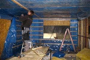 Rechts: Die blaue Dampfsperrfolie verhindert, dass eventuelle Schadstoffe und Gerüche aus dem alten Tragwerk nach innen ausdünsten