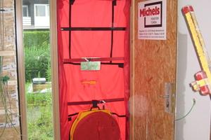 Mit einem Blower-Door-Test überprüfte man die Luftdichtigkeit der verlegten Dampfsperrfoliee
