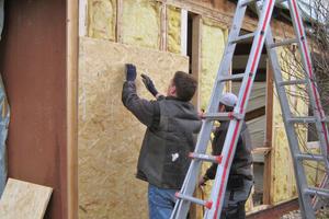 Die Glaswolldämmung im Holztragwerk wurde gegen einen neuen Mineralwolldämmstoff (WLG 035) ausgetauscht. Darüber kamen OSB-Platten zur Aussteifung