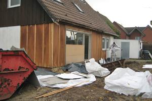 Die asbestbelasteten Faserzementplatten am Haus entsorgte ein Fachbetrieb