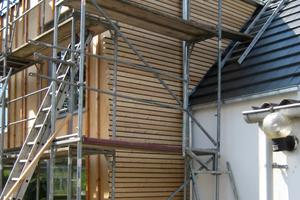 Der Anbau, mit Holzfaserdämmstoff und Mineralwolle gedämmt, erhält eine Lärchenholzschalung