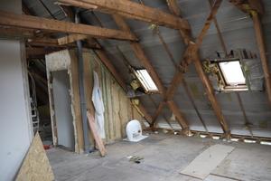 Die alten Sparren des Dachstuhls des Fertighauses vor der Sanierung<br />
