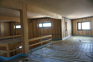 Bauzeit: Links die Stützen und Unterzüge aus Brettschichtholz, oben die Brettsperrholzdecken, die später sichtbar bleiben<br />