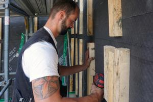 """Links: Ein Zimmerer verschraubt Latten als Unterkonstruktion für die Lärchenholzfassade<span class=""""bildnachweis"""">Fotos (2): Stephan Thomas</span>"""