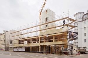 """Links: Das Aufrichten des Holzbaus dauerte fünf Wochen, der Betonrohbau drei Monate<irspacing style=""""letter-spacing: -0.03em;""""></irspacing><span class=""""bildnachweis"""">Fotos: Peter Eichler, Leipzig</span>"""